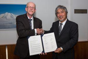 MOU調印後の山極総長とKers執行委員長(提供: 欧州キヤノン財団)