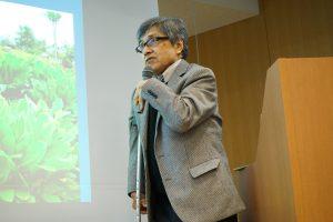 講演を行う重田教授
